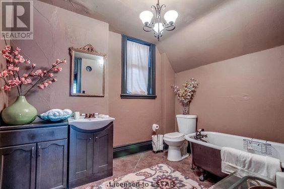 realtorbathroom.jpg